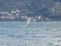 Divertimento do Windsurfer em um dia de Breva Imagens de Stock