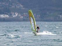 Divertimento do Windsurfer em um dia de Breva Imagem de Stock Royalty Free