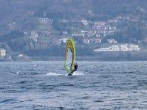 Divertimento do Windsurfer em um dia de Breva Imagem de Stock