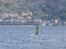 Divertimento do Windsurfer em um dia de Breva Imagens de Stock Royalty Free