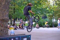 Divertimento dos motociclistas no parque urbano Imagem de Stock Royalty Free