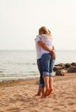 Divertimento dos pares em uma praia Fotos de Stock