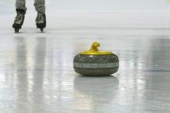 Divertimento e giochi degli sport invernali alla pista di pattinaggio Fotografia Stock Libera da Diritti