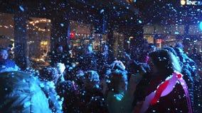 Divertimento e gioia di Natale nella neve video d archivio