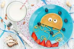 Divertimento e ideia saudável do café da manhã para crianças - a panqueca deu forma ao medusa Fotos de Stock Royalty Free