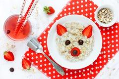 Divertimento e ideia saudável para crianças - papa de aveia doce do café da manhã da farinha de aveia Imagens de Stock Royalty Free