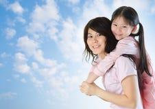 Divertimento exterior da família asiática. imagens de stock royalty free