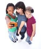 Divertimento felice degli amici di ragazza della corsa mixed che cattura le maschere Fotografia Stock