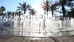 Divertimento felice dei bambini nella fontana della via al giorno di estate stock footage
