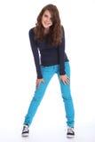 Divertimento felice della ragazza del banco dell'adolescente in blue jeans Fotografie Stock Libere da Diritti