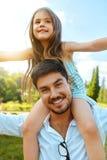 Divertimento felice di And Child Having del padre che gioca all'aperto Tempo della famiglia Fotografie Stock