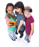 Divertimento feliz dos amigos de menina da raça misturada que toma retratos Fotografia de Stock