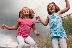 Divertimento grande - childdren o salto Imagens de Stock Royalty Free