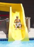 Divertimento na corrediça de água no waterpark foto de stock royalty free