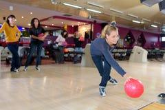 Divertimento nel centro di bowling Immagini Stock