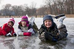 Divertimento pattinante dei bambini su neve Immagine Stock Libera da Diritti
