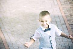Divertimento running da criança, com o vestido celestial imagens de stock