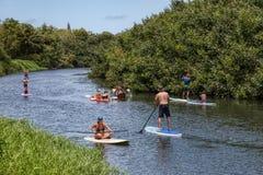 Divertimento tropicale del fiume di paddleboarders dei Kayakers Fotografie Stock Libere da Diritti