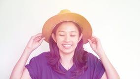 Divertimento vestindo do verão do chapéu de palha da menina asiática Relaxe e feliz expresse imagens de stock