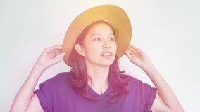 Divertimento vestindo do verão do chapéu de palha da menina asiática Relaxe e feliz expresse foto de stock royalty free