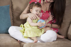 Divertiresi del bambino e della mamma Immagini Stock
