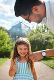Divertiresi della figlia e del padre Papà felice che gioca con il bambino Immagine Stock