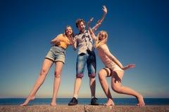 Divertiresi delle ragazze del ragazzo due degli amici del gruppo all'aperto Fotografia Stock Libera da Diritti