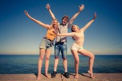 Divertiresi delle ragazze del ragazzo due degli amici del gruppo all'aperto Fotografie Stock Libere da Diritti