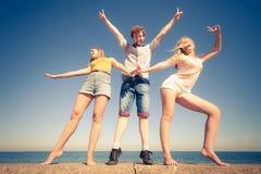 Divertiresi delle ragazze del ragazzo due degli amici del gruppo all'aperto Immagini Stock Libere da Diritti