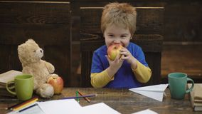 Divertiresi felice del bambino Ragazzo adorabile che mangia mela deliziosa Bambino che divide spuntino con il giocattolo favorito video d archivio