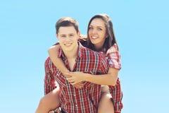 Divertiresi felice delle coppie dei pantaloni a vita bassa di estate giovane Fotografie Stock