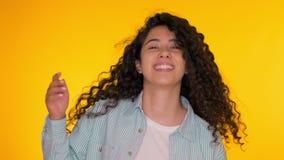 Divertiresi femminile Lei che sorride, sbattimento dei capelli meravigliosamente Metraggio positivo di stupore Movimenti della ra stock footage