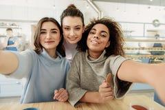 Divertiresi sorridente felice delle ragazze Fotografia Stock