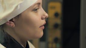 Divertiresi teenager della ragazza del cuoco archivi video