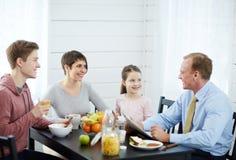 Divertirse con la familia en el desayuno Fotografía de archivo