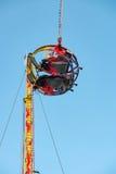 Divertirse en el amortiguador auxiliar reverso en parque de atracciones Foto de archivo