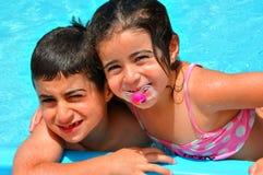 Divertirse en la piscina Fotografía de archivo libre de regalías