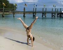 Divertirse en una playa tropical Imágenes de archivo libres de regalías