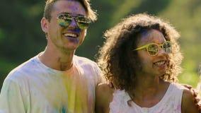 Divertissement émotif de festival des adolescents enthousiastes heureux, mouvement supplémentaire-lent banque de vidéos