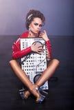 Divertissement. Femme s'asseyant avec le mélangeur du DJ Images stock