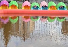 Divertissement intéressant pour des enfants - piscine du ` s d'enfants avec des bateaux, l'espace extérieur de copie Photo libre de droits