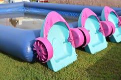 Divertissement intéressant pour des enfants - piscine du ` s d'enfants avec des bateaux, l'espace extérieur de copie Photos stock