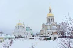Diveyevo,俄罗斯 - 12月25日 2016年 保佑的圣母玛丽亚的通告的大教堂在Diveevo女修道院 图库摄影