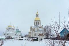 Diveyevo,俄罗斯 - 12月25日 2016年 保佑的圣母玛丽亚的通告的大教堂在Diveevo女修道院 库存照片