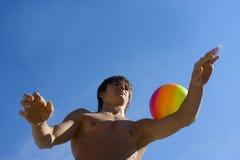 Diviértase al adolescente de la estructura con la bola y el cielo azul Imagen de archivo