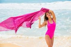 Diviértase al muchacha-adolescente en un bañador rosado en el fondo del océano Fotografía de archivo