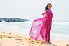 Diviértase al muchacha-adolescente en un bañador rosado en el fondo del océano Fotos de archivo libres de regalías