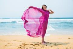 Diviértase al muchacha-adolescente en un bañador rosado en el fondo del océano Imagenes de archivo