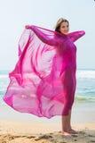 Diviértase al muchacha-adolescente en un bañador rosado en el fondo del océano Imagen de archivo libre de regalías