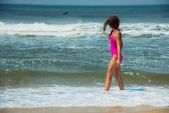 Diviértase al muchacha-adolescente en un bañador rosado en el fondo del océano Océano Atlántico Oporto, Portugal Imagenes de archivo